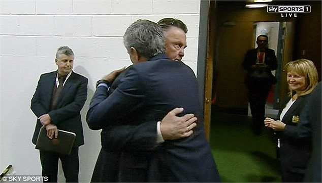 'Người đặc biệt' quả luôn có nhửng hành động đặc biệt khi có tới 2 lần ông tay bắt mặt mừng với Van Gaal.