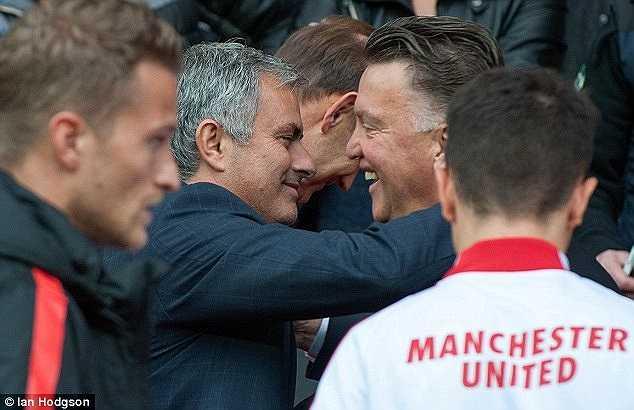 Van Gaal nhắc lại: 'Tôi có mối liên hệ với tất cả những người tôi gặp nhưng cậu ấy (Mourinho) là một trường hợp đặc biệt. Tôi biết Mourinho khi cậu ấy là trợ lý của tôi và làm nhiệm vụ phân tích đối thủ. Mourinho làm việc rất tốt. Cậu ấy đến nhà tôi mỗi tuần để trò chuyện. Trong thế giới bóng đá, những mối liên hệ như thế không nhiều. Chúng tôi phải cẩn thận với những mối quan hệ kiểu đó'.