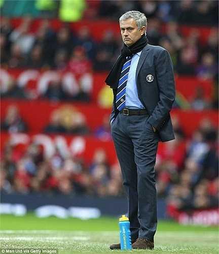 Mourinho lịch lãm với.. khăn quàng cổ.