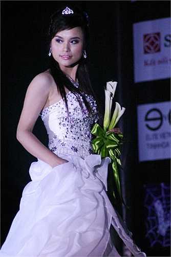 Không chỉ xinh đẹp, Thùy Linh còn có tài ăn nói ứng xử khiến mọi người nể phục.