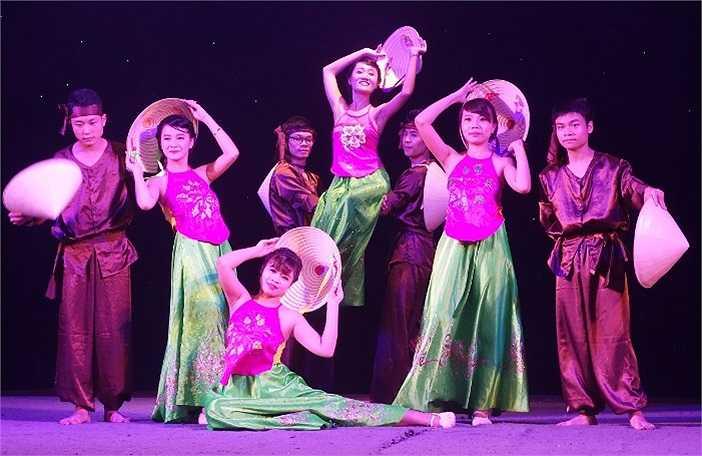 Kể từ khi phát động, 'Poly Shine Up 2014' đã thu hút đông đảo sự quan tâm của sinh viên FPT Polytechnic Hà Nội. Hình thức các tiết mục dự thi phong phú, đa dạng từ ca hát, vũ đạo, diễn kịch tới màn biểu diễn võ thuật vovinam.