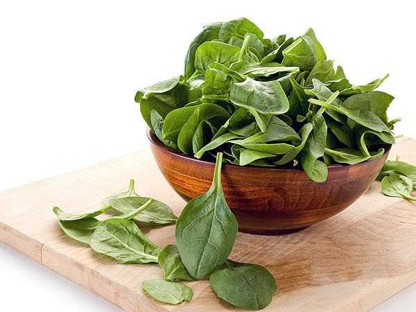 Rau lá xanh chứa một hàm lượng cao vitamin K và tốt cho bạn khi mắc chứng thiếu máu. Bạn có thể lựa chọn rau bina, cải xoăn hay rất nhiều các loại rau lá xanh khác để thay đổi thực đơn bữa ăn thêm phong phú.