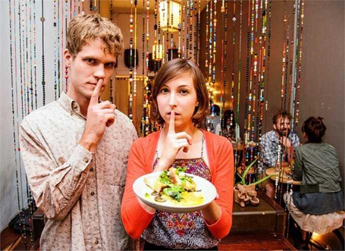 Nằm ở Greenpoint, Brooklyn, New York, nhà hàng Nicholas Nauman nghiêm cấm thực khách được nói chuyện hay gây tiếng động. Ý tưởng này được lấy cảm hứng từ cuộc sống tại một tu viện Phật giáo ở Ấn Độ, về cơ bản nhà hàng muốn tạo ra một nơi mà mọi người có thể thưởng thức sự im lặng hoàn hảo