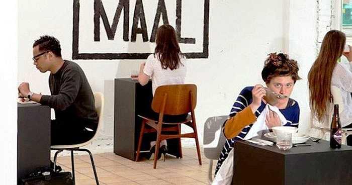 Nhà hàng Eenmaal ở Amsterdam, Hà Lan trở nên nổi tiếng với phong cách thưởng thức món ăn cho người cô đơn. Theo Marina van Goor, ông muốn những người chưa từng được ăn tối một mình có thể đến và thử trải nghiệm cảm giác đơn độc một lần.