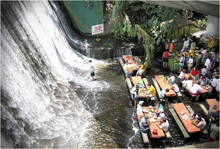 Tọa lạc tại khu nghỉ mát Villa Escudero, thành phố San Pablo City, Philippines, nhà hàng này sẽ khiến bạn ngạc nhiên bởi bạn vừa thưởng thức bữa ăn vừa cảm nhận nước chảy qua chân mình bên cạnh dòng thác tung bọt trắng đầy lãng mạn.