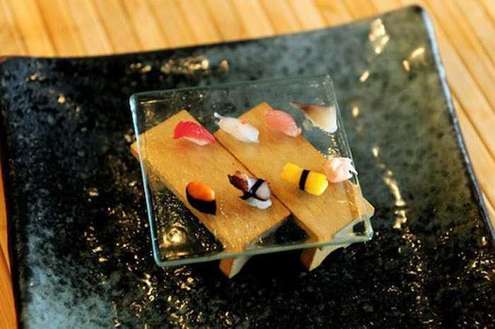 Người đầu bếp nổi tiếng khắp Nhật Bản - Hironori Ikeno nghĩ rằng sẽ rất thú vị khi phục vụ những miếng sushi siêu nhỏ. Và ông đã cho khách hàng trải nghiệm kỳ lạ về những miếng sushi tí hon chỉ bé bằng hạt gạo mà vẫn giữ nguyên hương vị tại nhà hàng của mình.