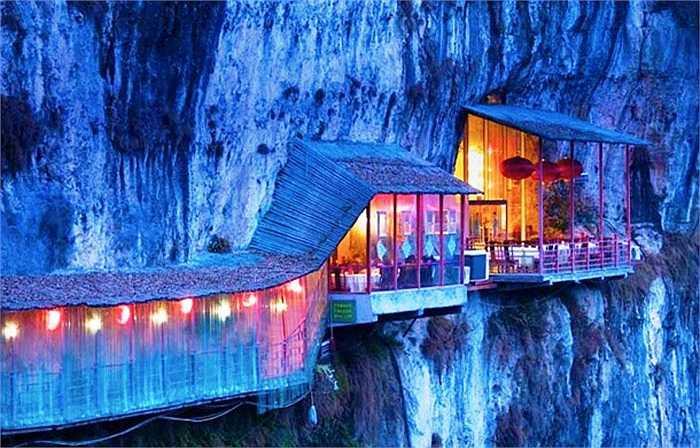 Nhà hàng Fangweng nằm ở tỉnh Hồ Bắc, Trung Quốc, cách thành phố Nghi Xương khoảng 12 km về phía Bắc là nhà hàng có kiến trúc độc đáo, nằm trên hẻm núi, phía dưới là dòng sông Trường Giang. Nơi đây sẽ là vị trí hoàn hảo cho bạn để ngắm nhìn khung cảnh hữu tình bên dưới.