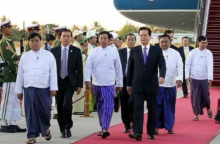 Đón Thủ tướng Nguyễn Tấn Dũng và Đoàn tại sân bay có Bộ trưởng Bộ Vận tải Đường sắt Myanmar; Đại sứ Myanmar tại Việt Nam; đại diện Bộ Ngoại giao Myanmar