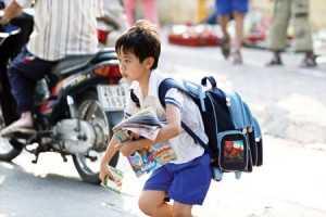 Học sinh phải oằn lưng cõng cặp tới trường