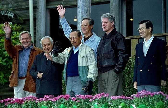 Trang phục của các nhà lãnh đạo APEC trong Hội nghị được tổ chức tại Seattle, Mỹ năm 1993
