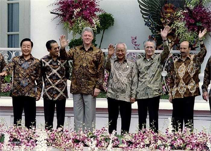 Áo lụa truyền thống các nhà lãnh đạo APEC mặc trong hội nghị năm 1994 ở Bogor, Indonesia