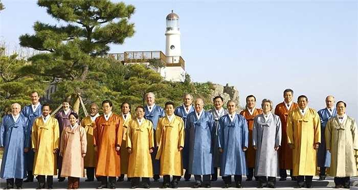 Busan, Hàn Quốc năm 2005 với trang phục truyền thống dành cho các nhà lãnh đạo