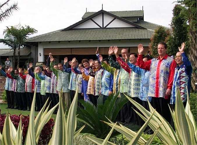 Trang phục truyền thống của Malaysia trong hội nghị APEC năm 1998 tổ chức tại Kuala Lumpur