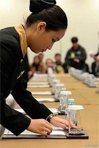 Nữ nhân viên bày biện đồ uống cho các lãnh đạo APEC