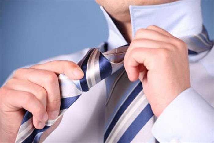 16. Cả cà vạt và cổ áo sơ mi bị thắt chặt đều có thể gây ra những hạn chế hoặc thậm chí là chặn hẳn đường lưu thông của máu lên não gây đau đầu, mờ mắt. Ngoài ra, nó còn hạn chế chuyển động gây ra căng thẳng ở lưng và vai gáy.