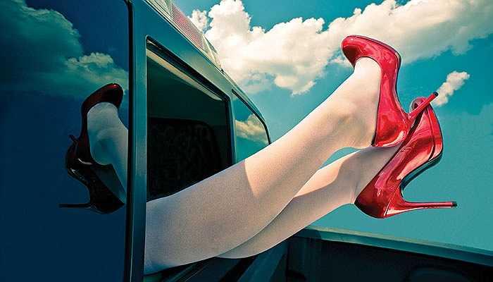 4. Chính đôi giày cao gót bạn đi thường ngày lại chính là thủ phạm của bệnh đau cột sống, đau khớp xương và hàng loạt các vấn để về sức khỏe khác; đấy là còn chưa kể đến sự biến dạng các ngón chân, bắp chân hay những tai nạn có thể xảy ra với giày cao gót.