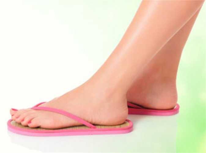 8. Đi dép xỏ ngón gây tình trạng đau đớn trên gót chân và bàn chân. Bạn còn có thể bị đau cơ và kẽ ngón chân xây xát. Bên cạnh đó bàn chân sẽ trở nên xấu xí do không được bảo vệ kín đáo.