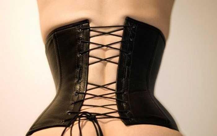 9. Sự thật là áo nịt ngực có thể nén phổi, gây buồn nôn và chóng mặt vì thiếu oxy. Tệ  hại hơn, bạn có thể choáng và ngất xỉu với phong cách thời trang quyến rũ này nếu chiếc áo quá chặt.