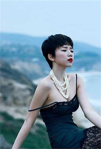 Trong những bộ hình thời trang, Tóc Tiên cũng gây ấn tượng bằng hình ảnh gợi cảm.