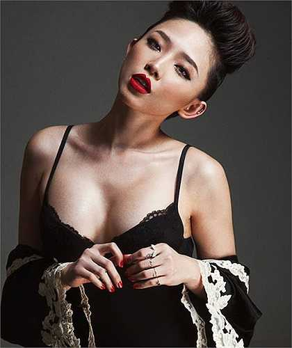 Tóc Tiên cũng ghi điểm bằng những cách phối đồ như một cô nàng thời trang thực thụ.