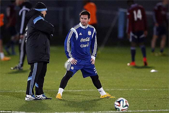 Messi nghe HLV Gerardo Martino thị phạm