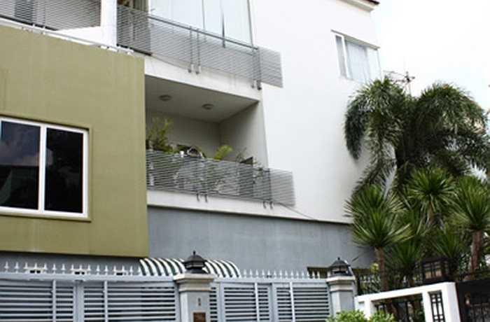 Trước khi mua căn hộ chung cư này, Lam Trường đã sở hữu ngôi biệt thự 3 tầng màu trắng.