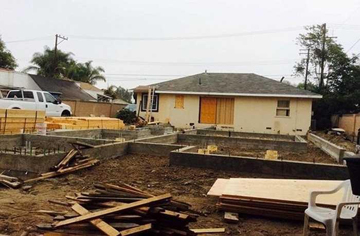 Mới đây, nam ca sỹ Bằng Kiều đã quyết định xây một căn nhà gỗ 400 m2 trên mảnh đất 1000m2 tại Mỹ. Mảnh đất này được anh mua từ năm 2012, nhưng đến nay nam ca sĩ mới chia sẻ những hình ảnh đầu tiên về ngôi nhà gỗ mà anh đang xây dựng.