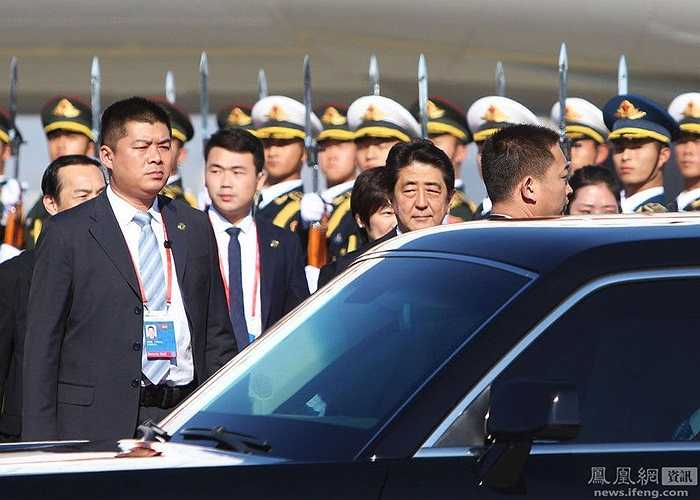 Những vệ sỹ áo đen luôn đề cao cảnh giác, bằng mọi cách bảo vệ cho các nguyên thủ