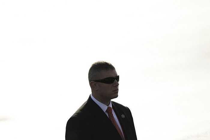 Vệ sỹ áo đen đeo kính râm tại Hội nghị cấp cao APEC ở Bắc Kinh