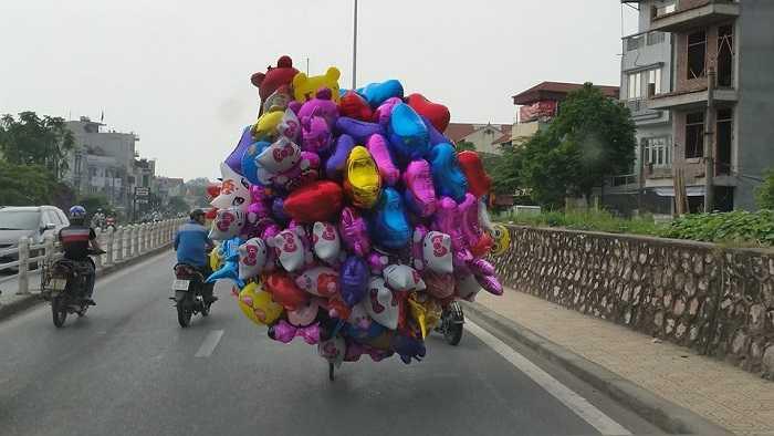 Để vận chuyển hàng hoá, con người bất chấp nguy hiểm khi tham gia giao thông. (Nguồn ảnh: Tổng hợp từ Internet)