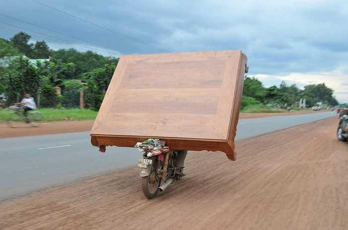 Khả năng chở hàng trên xe máy của người Việt khiến nhiều người nước ngoài thán phục. (Nguồn ảnh: Tổng hợp từ Internet)
