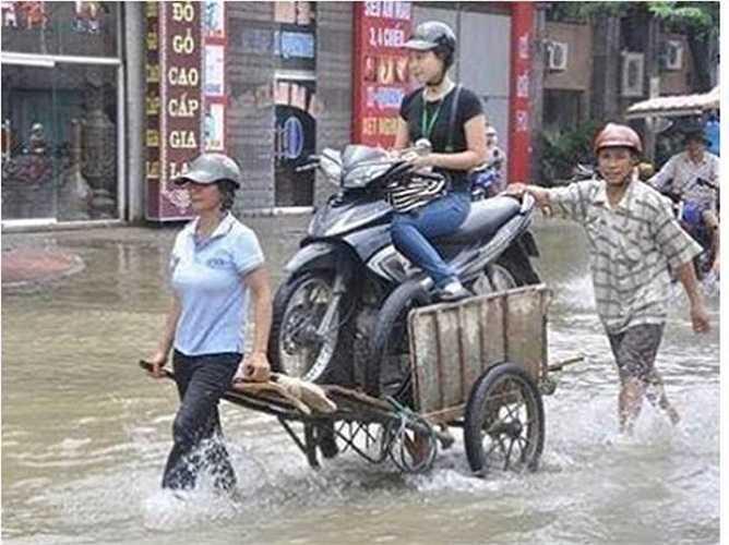 Hình ảnh này không hiếm thấy trong những ngày Hà Nội ngập úng. (Nguồn ảnh: Tổng hợp từ Internet)