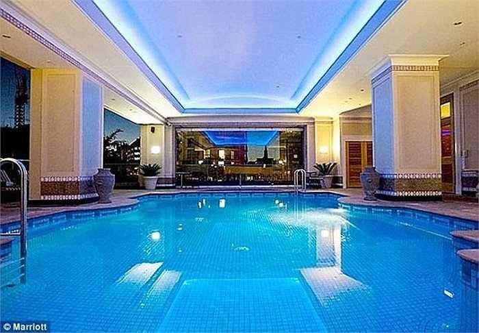Khách sạn Marriott có 263 phòng ở 28 tầng và 10 phòng hội nghị. Khách sạn cũng có hồ bơi bên trong.