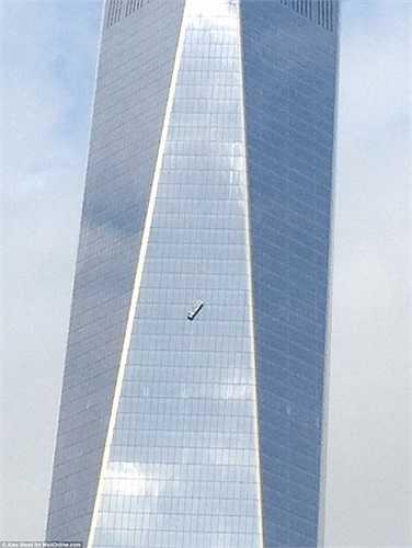 Đi vào hoạt động ngày 3/11 vừa qua, đến ngày 13/11, tòa tháp OWTC - One World Trade Center đã gặp sự cố giàn giáo nghiêm trọng khiến 2 công nhân suýt mất mạng