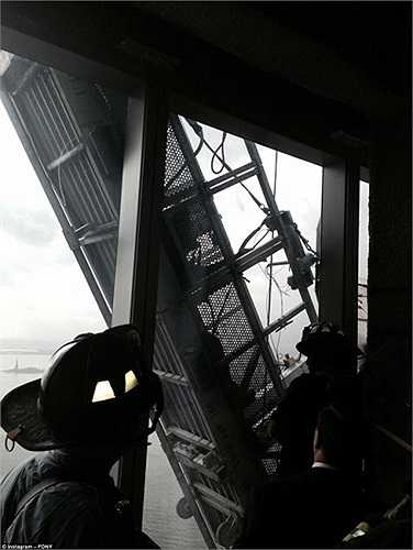 Sự cố xảy ra ở tầng 69 của tòa nhà khi hệ thống treo để dọn vệ sinh cửa sổ bị đứt một bên cáp