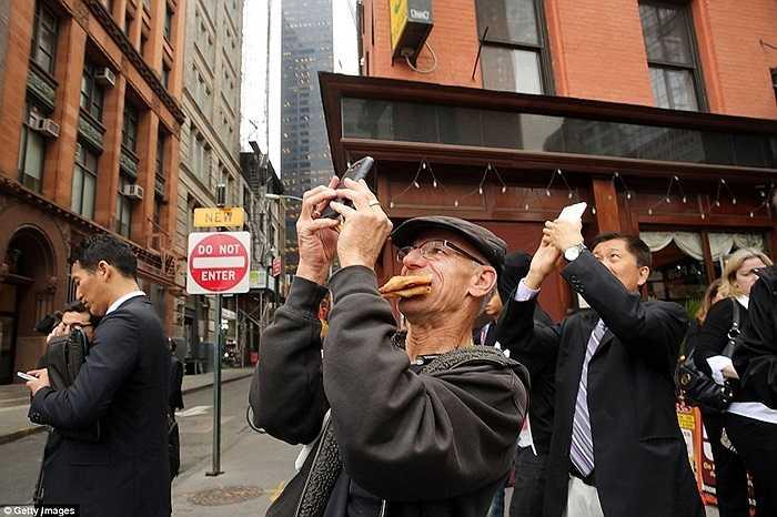 Người dân chụp ảnh lại hiện trường sự cố