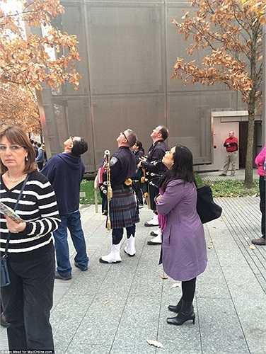 Người dân đứng xem từ dưới đường phố New York