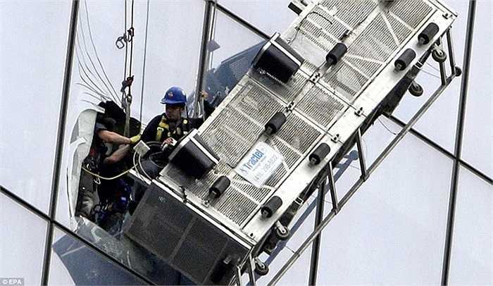 Các công nhân được đưa vào qua các lỗ cửa sổ bị đục