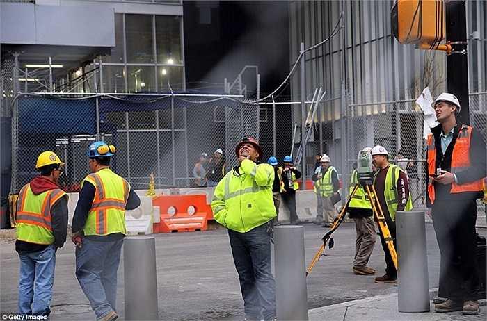 Các công nhân dưới mặt đất nhìn về phía xảy ra sự cố