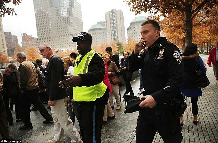 Cảnh sát và lực lượng an ninh làm nhiệm vụ dưới chân tòa nhà