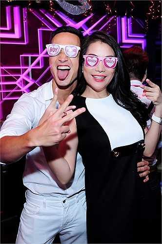 Trương Ngọc Ánh quậy tưng bừng bên cạnh người tình màn ảnh trong tiệc sinh nhật.