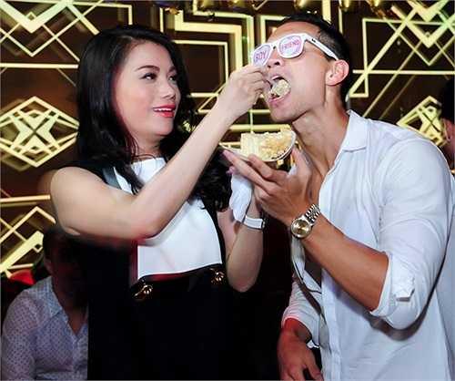 Trương Ngọc Ánh tình cảm đút bánh sinh nhật cho Kim Lý.