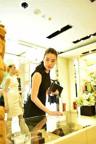 Trương Ngọc Ánh cũng kĩ càng trong việc chọn lựa một số phụ kiện cho show thời trang.  (Trung Ngạn)