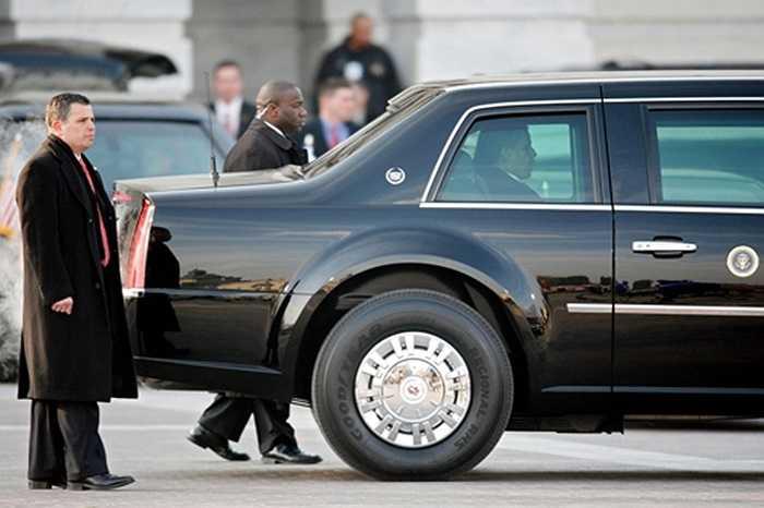 Trong vách xe có nguồn cung cấp ôxi riêng biệt bên dưới ghế của tổng thống, các thiết bị y tế khẩn cấp và một chai máu cùng nhóm máu tổng thống, đề phòng trường hợp xe cứu thương đi cùng đoàn hộ tống bị chia cắt.
