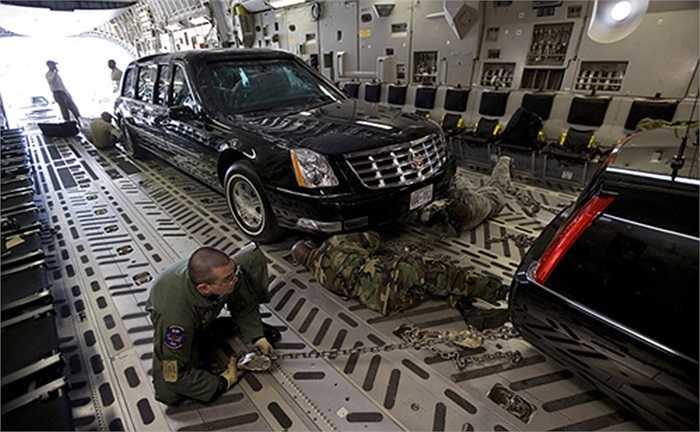 Xe được đưa lên máy bay và vận chuyển từ Mỹ theo chuyên cơ của tổng thống, đây là chiếc máy bay vận tải C-17 Globemaster riêng dùng để chở xe bọc thép cho Obama.