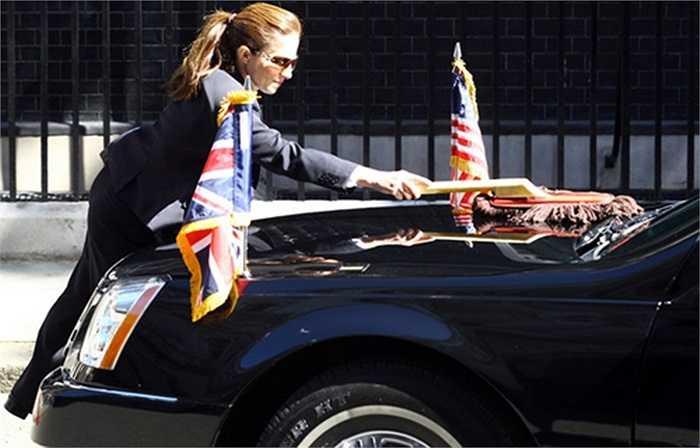 Vệ sinh chiếc The Beast khi Obama tới Anh vào năm 2011. Mỗi chuyến đi thường có 2 xe limousine bọc thép cùng một chiếc Chevrolet Suburban cũng bọc thép làm nhiệm vụ liên lạc.