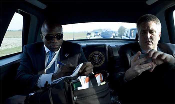Khoang sau không chỉ có Obama từng ngồi. Trong ảnh là Reggie Love (đeo kính), trợ lý riêng của Obama và Jeffrey Kuhlman, bác sĩ của Nhà Trắng đang kiểm tra các thông tin trong chuyến hành trình tại Pháp năm 2009.