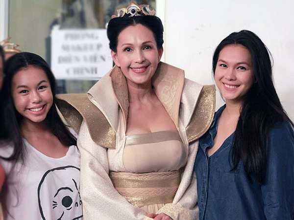 Hà Thùy My, sinh năm 1995 là cô con gái lớn của người đẹp ảnh lịch Diễm My. Cô thừa hưởng nhiều nét đẹp từ mẹ, đặc biệt là ánh mắt và khuôn miệng cười.