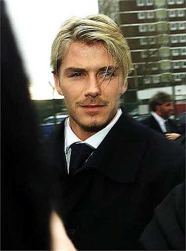Khi thành danh cùng Quỷ đỏ với cú ăn ba lịch sử năm 1999, tóc Beckham được nhuộm vàng và tỉa tót điệu đà