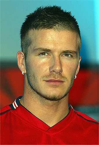 Năm 2001, Beckham từng gây xôn xao dư luận khi cắt phăng mái tóc dài lãng tử và để đầu trọc thế này